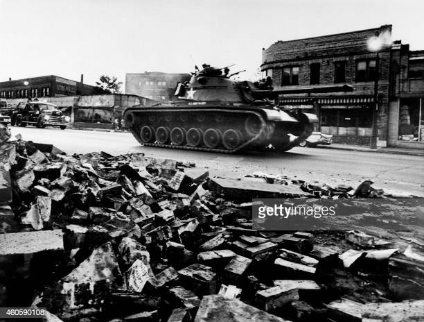 A tank patrols a Detroit street on July 25 1967 during riots that erupted in Detroit following a police operation / AFP PHOTO / AFP FILES /