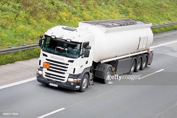 caminhão com tanque alemão autobahn - editorial - fotografias e filmes do acervo