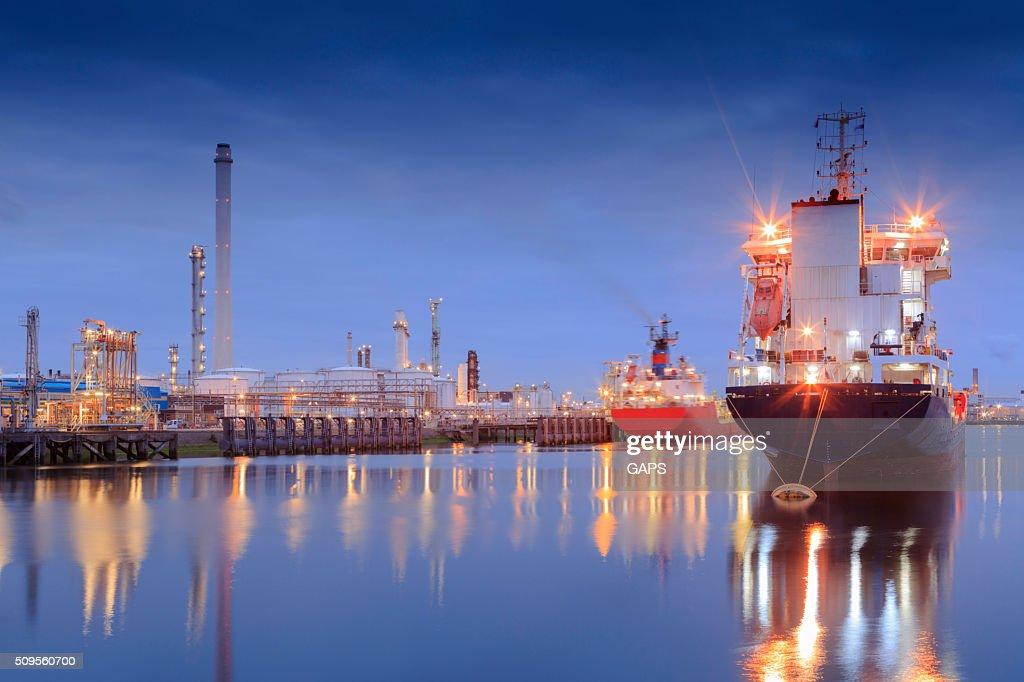 tanker in Rotterdam's Tweede Petroleumhaven : Stock Photo