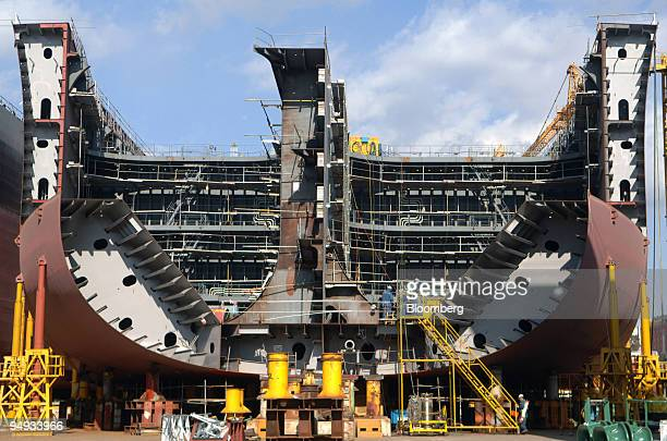 A tanker is under construction at the Hyundai Heavy Industries Co shipyard in Ulsan South Korea on Friday Dec 5 2008 Hyundai Heavy Industries Co the...