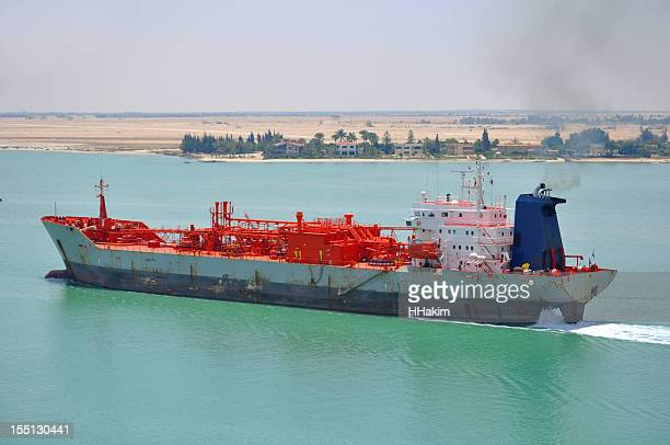 tanker passing through suez canal - suez canal stock pictures, royalty-free photos & images