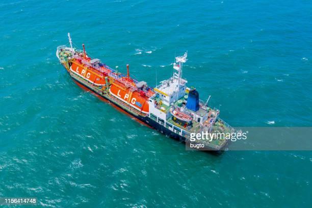 tanker ship parking. - 液化天然ガス ストックフォトと画像