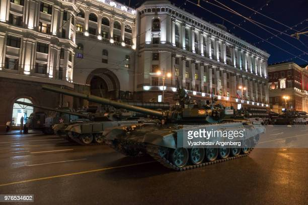 t-90 tanks, russian battle tanks on the streets of moscow, russia - argenberg stock pictures, royalty-free photos & images
