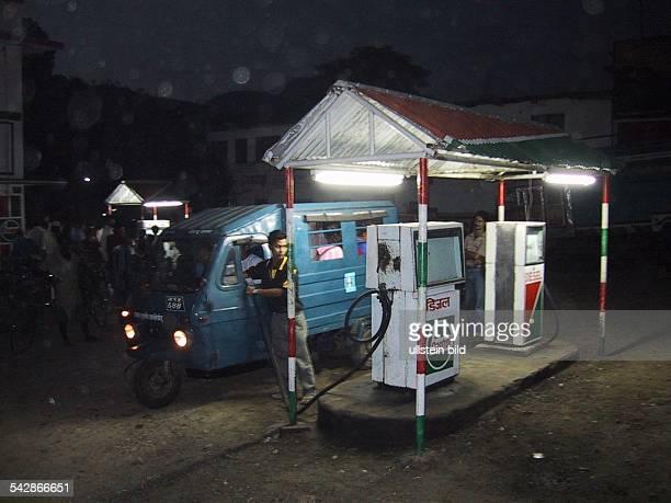 Tankstelle in der nepalesischen Stadt Hetauda bei Nacht. Straßenverkehr; tanken; Tankwart .