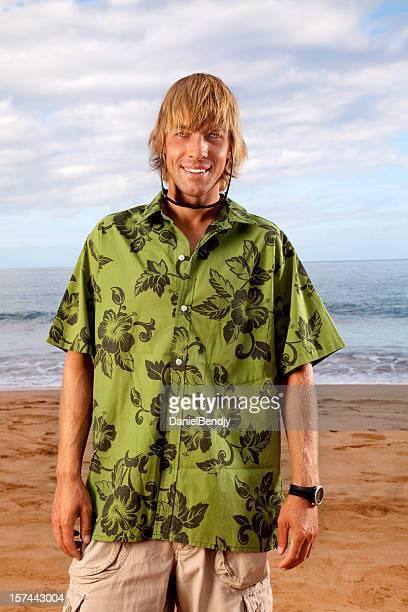 Bronzée jeune homme sur la plage