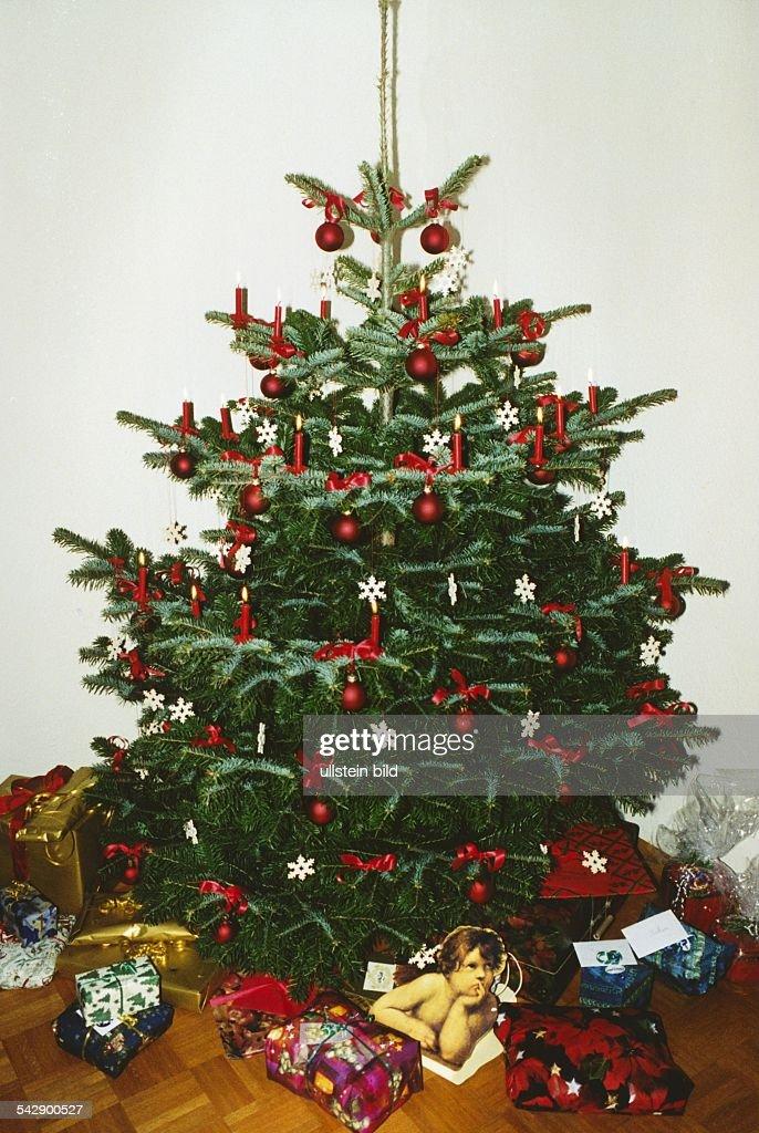 Tannenbaum Mit Kerzen.Tannenbaum Mit Roten Kerzen Roten Christbaumkugeln Und Strohsternen