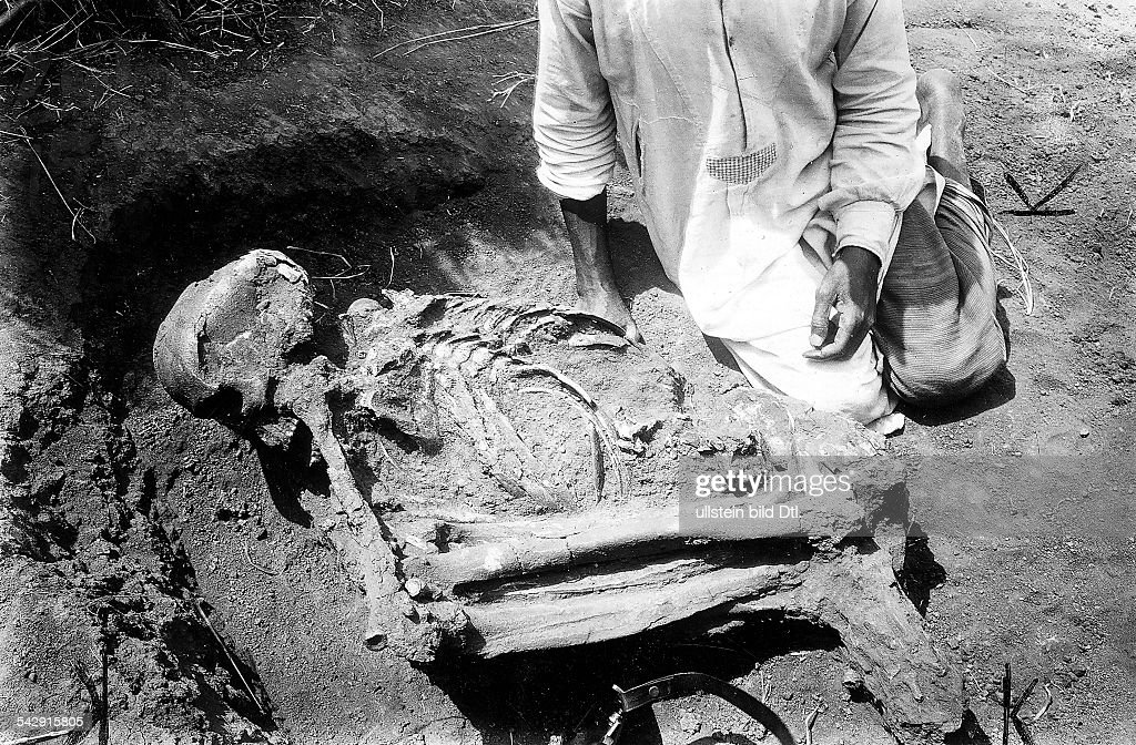 Tansania - Oldoway-Schlucht - Ausgrabung eines menschlichen Skeletts ...