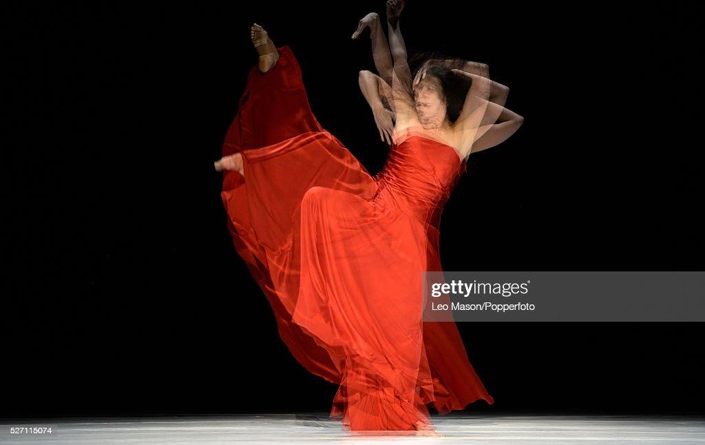 2016 Tanztheater Wuppertal PINA BAUSCH Company performing Like moss on a Stone at Sadlers Wells London UK : Foto di attualità