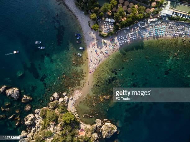 タオルミーナ、シチリア、タオルミーナのイソラベラ島の素晴らしい景色、シチリア島 - メッシーナ ストックフォトと画像