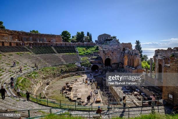 taormina, sicily, italy - november 7, 2019 - the ancient greek theater - finn bjurvoll stockfoto's en -beelden