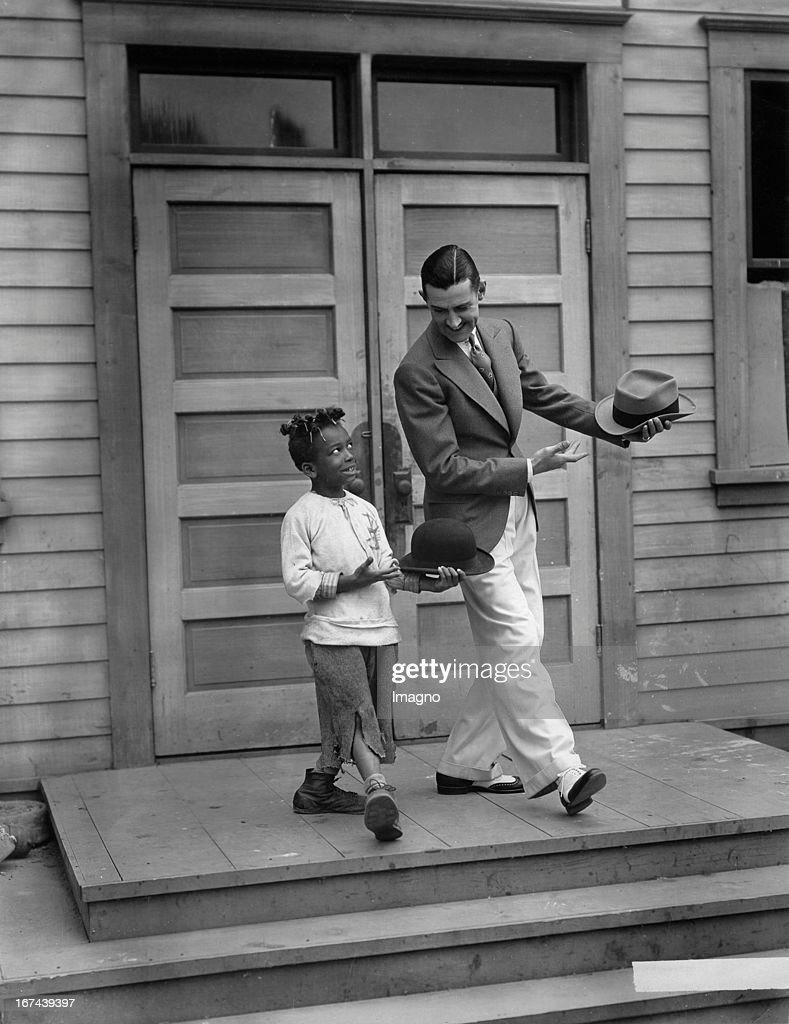 Tap dancer Charley Chase and Little Farina dancing. Hollywood. About 1930. Photograph. (Photo by Imagno/Getty Images) Stepptänzer Charley Chase and Little Farina tanzen. Hollywood. Um 1930. Photographie.