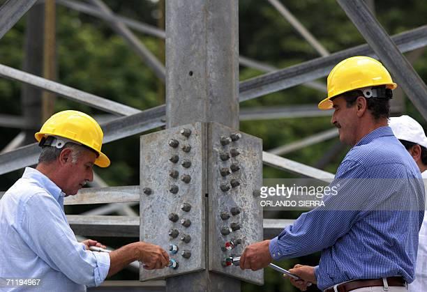 Los presidentes de Mexico Vicente Fox y su homologo de Guatemala Oscar Berger ajustan tuercas de una torre de transmision dando inicio a los trabajos...