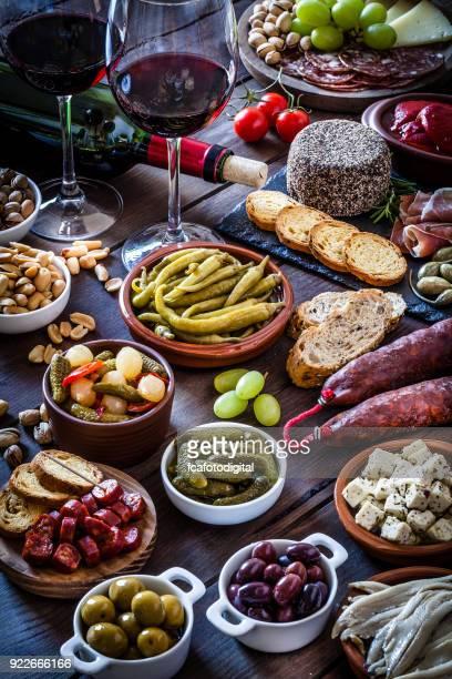tapas y vino en la mesa de madera rústica tiro desde arriba - cultura española fotografías e imágenes de stock