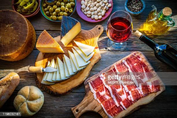 tapas aus spanien essen iberischen schinken käse wein - spanische kultur stock-fotos und bilder