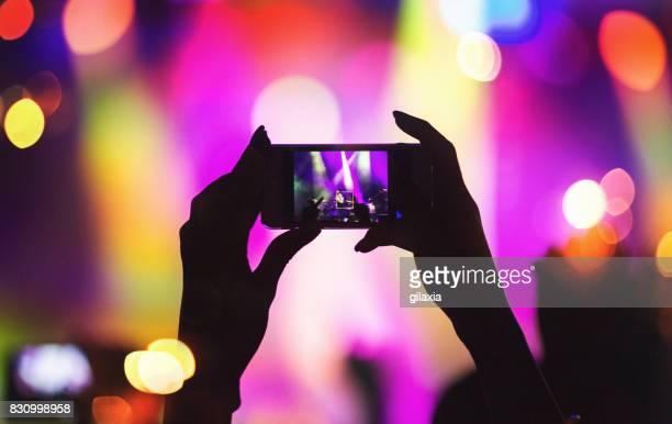 band zu einem konzert show. - fotohandy stock-fotos und bilder