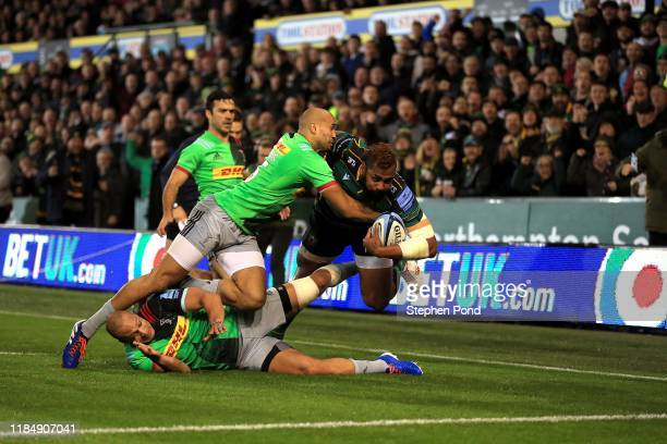 Taqele Naiyaravoro of Northampton Saints scores a try during the Gallagher Premiership Rugby match between Northampton Saints and Harlequins at...