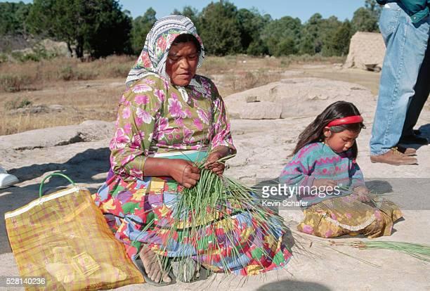 tarahumara indian woman weaving grass - tarahumara fotografías e imágenes de stock