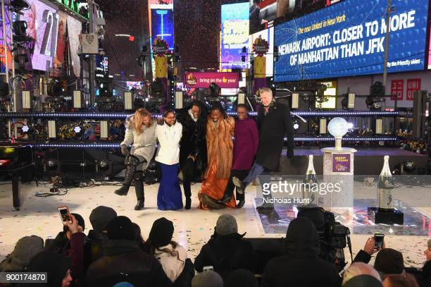 Tarana Burke Chirlane McCray and New York City Mayor Bill de Blasio pose onstage at the Dick Clark's New Year's Rockin' Eve with Ryan Seacrest 2018...