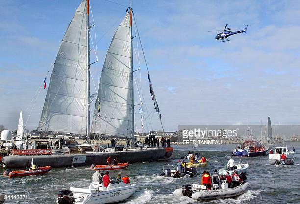 """Tara-Océans: la nouvelle aventure du voilier polaire"""". - Photo du voilier polaire Tara arrivant dans le port de Lorient entouré de bateaux, le 23..."""