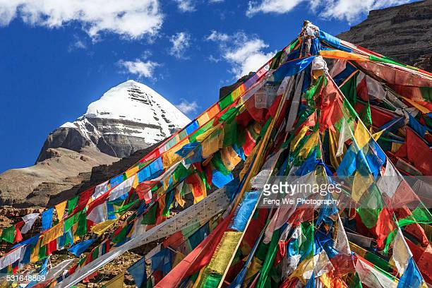 tarboche pole with mount kailash, tibet - mt kailash stock pictures, royalty-free photos & images
