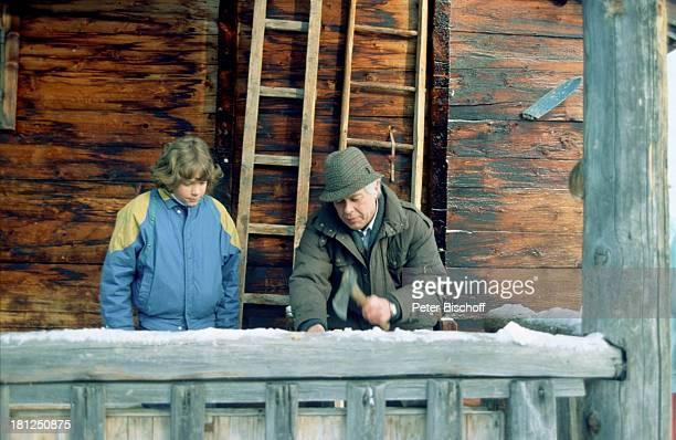 Tarek Helmy Peter Weck Mayrhofen Tirol ZDFSerie 'Ich heirate eine Familie' Folge 'Schumanns Winterreise' Weihnachtsspecial Schnee Winter Eis Hütte...