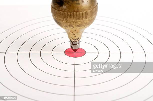 Target mit alten Messing Plumb Bob Pendel auf Center
