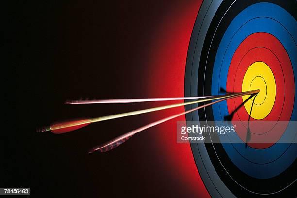Target with split arrows in bull's-eye