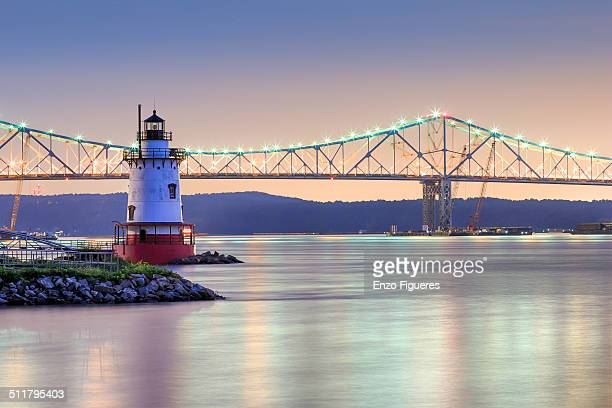 tarrytown lighthouse and tappan zee bridge at nigh - westchester county stock pictures, royalty-free photos & images