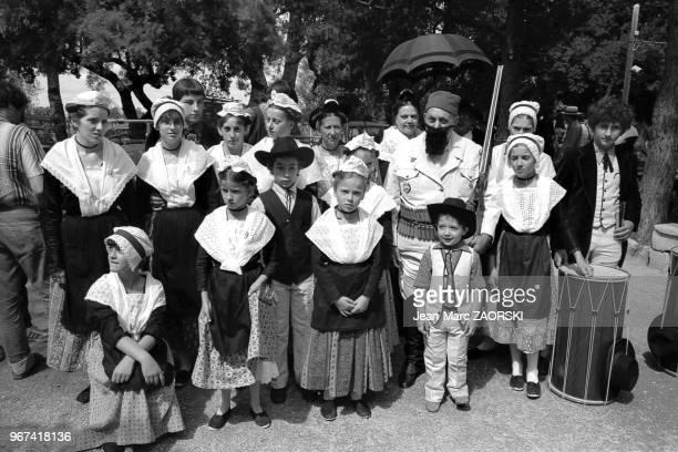 Tartarin de Tarascon le héros du roman d'Alphonse Daudet pose au milieu d'un groupe folklorique provençal en tenue traditionnelle lors des fêtes de...