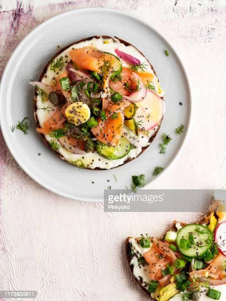 tartine, pane con crema di formaggio e verdure, bruschetta e piccoli panini, pane con salmone affumicato e verdure panino, tapas, - salmone affumicato foto e immagini stock