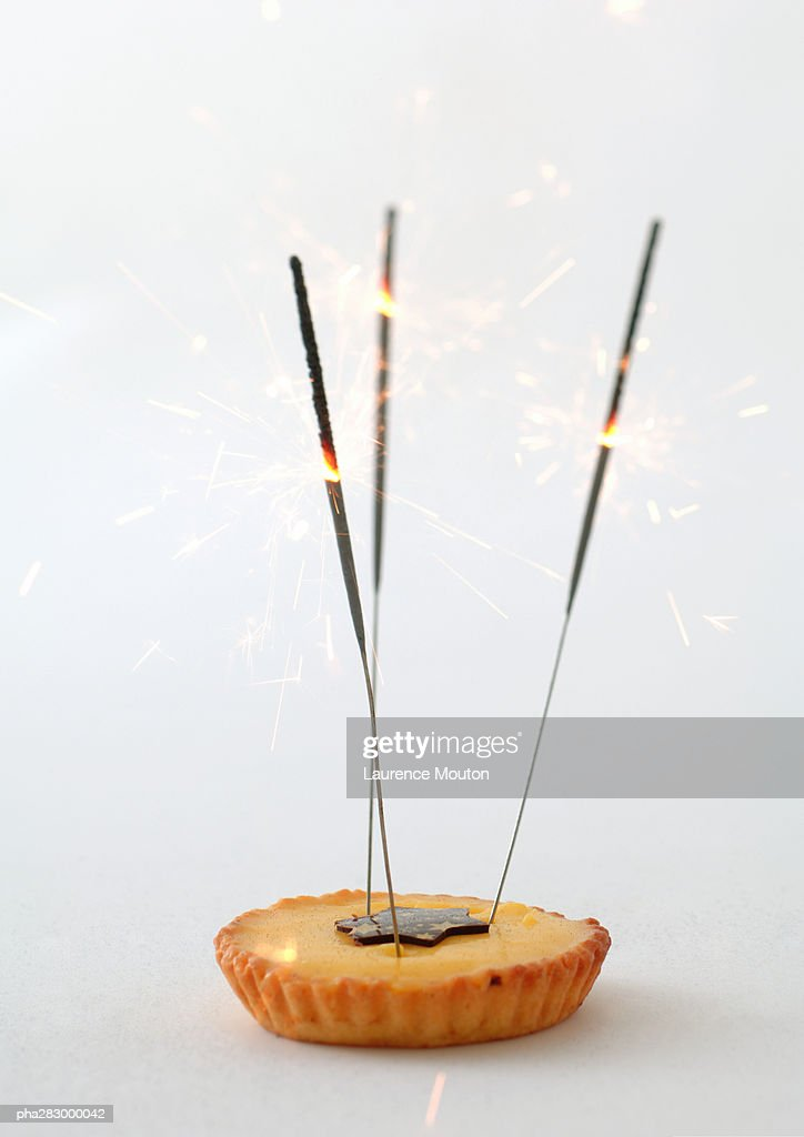 Tartlet decorated with sparklers : Stockfoto