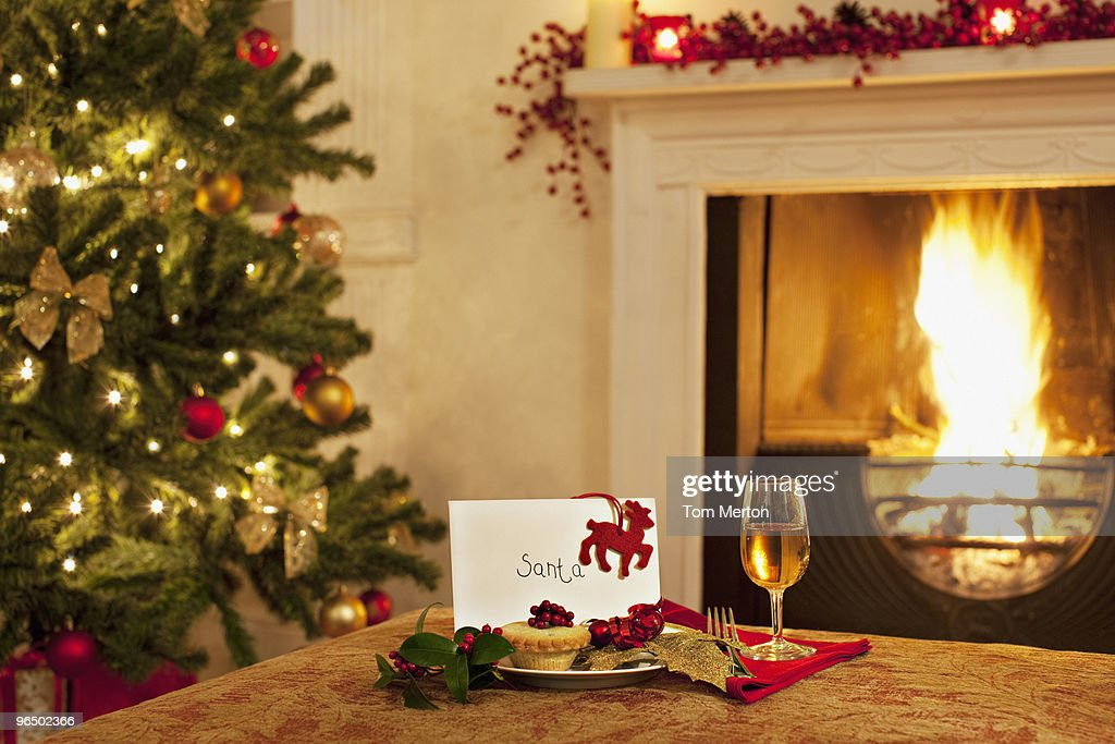 Tartlet, wine and card for Santa : Stock Photo