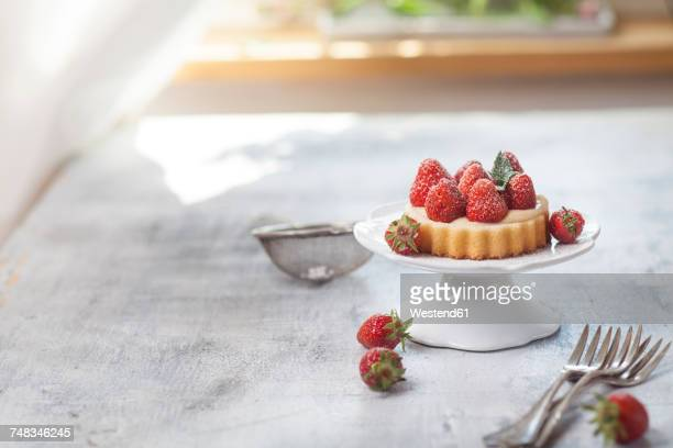Tartlet with pudding filling and strawberries