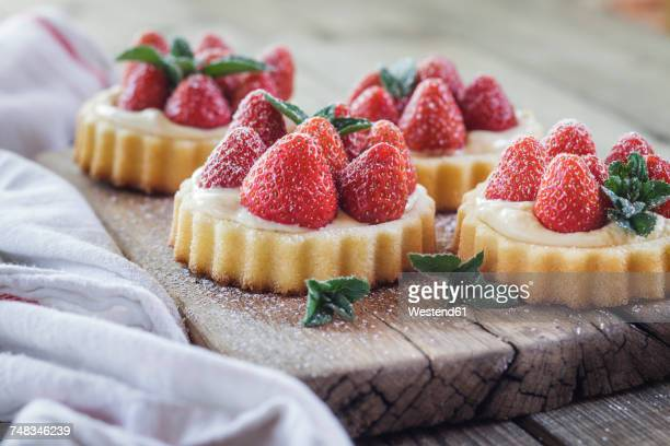 tartlets with pudding filling and strawberries - dessert stock pictures, royalty-free photos & images