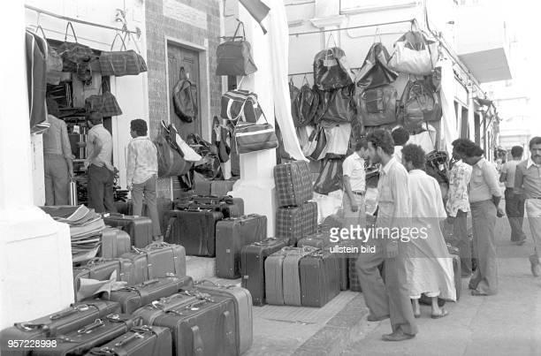 Taschen und Koffer als Auslage vor einem Geschäft in der libyschen Hauptstadt Tripolis ausgestellt im September 1979 anlässlich des 10 Jahrestages...