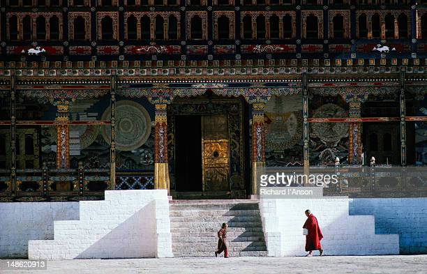 tashicho dzong in thimphu. the dzong is a 350-year-old structure built by shabdrung ngawang namgyal; it was refurbished in 1961 to house government departments and ministries. - thimphu stock pictures, royalty-free photos & images