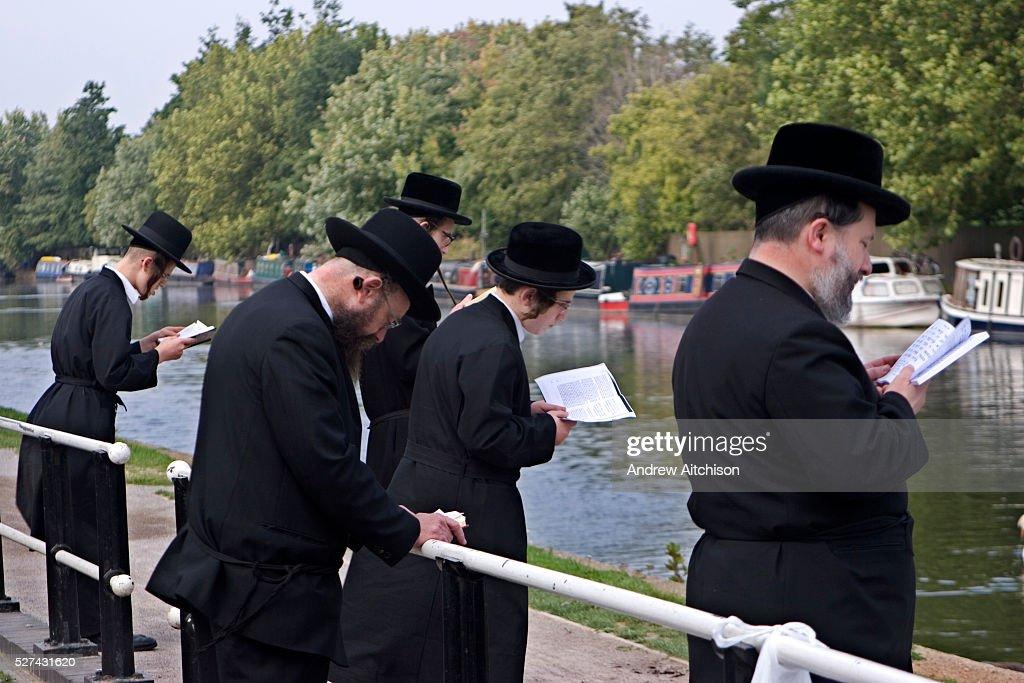 UK - London - Stamford Hill Orthodox Jewish Community - Tashlikh : News Photo