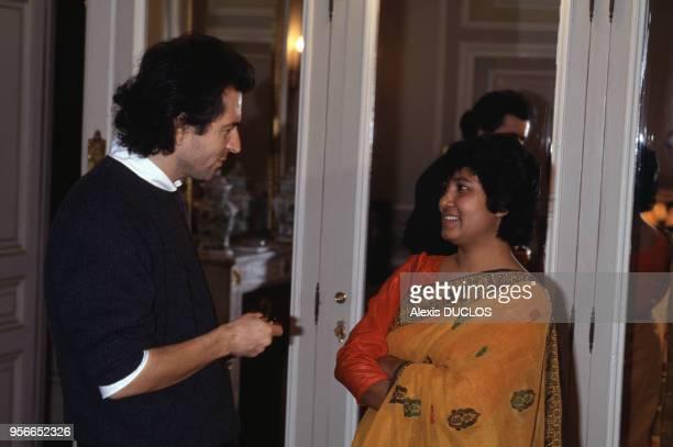 Taslima Nasreen et BernardHenri Levy à Paris le 26 novembre 1994 France