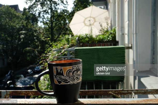Tasse Kaffee auf einem Balkon in BerlinPankow