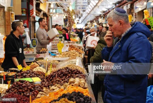 tasting figs at the market. - israeli men stockfoto's en -beelden