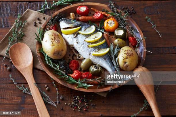 saboroso peixe assado para o jantar - peixe - fotografias e filmes do acervo