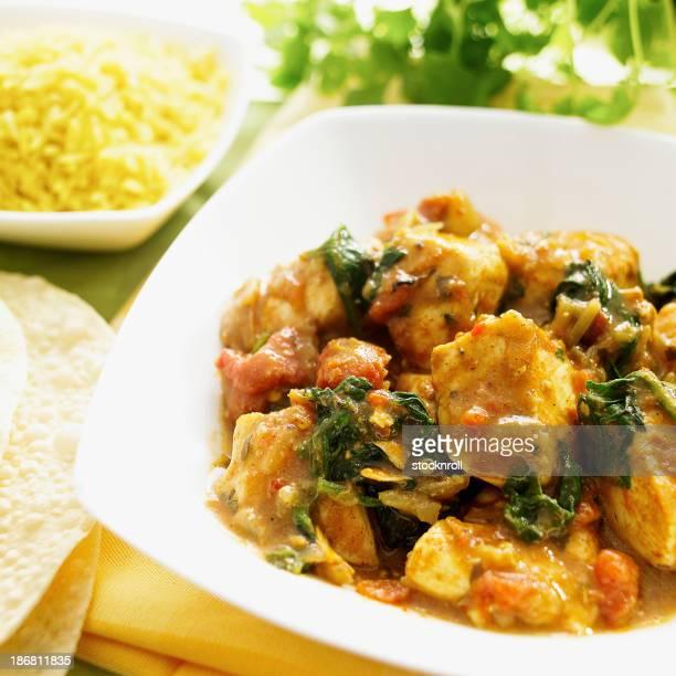 Pratos deliciosos curry com arroz e poppadoms lado.