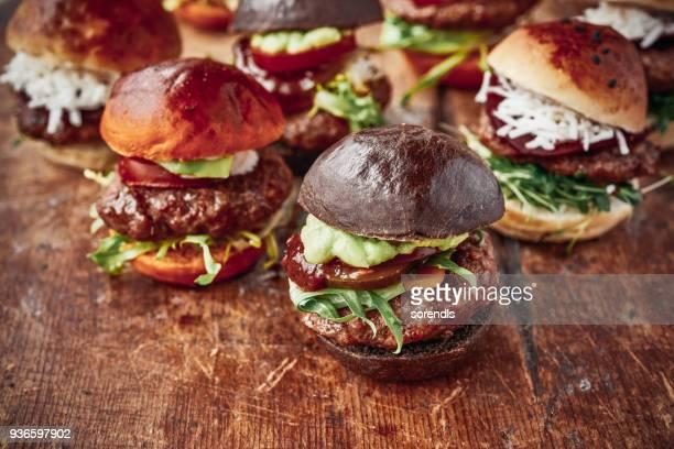 saborosos hambúrgueres mini - hambúrguer - fotografias e filmes do acervo