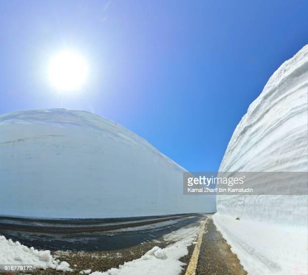 tateyama kurobe alpine route snow corridor - 富山県 ストックフォトと画像