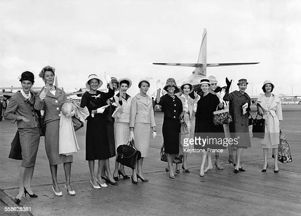L'étatmajor Dior accompagné par 12 mannequins s'est envolé à Orly France pour Moscou le 10 juin 1959
