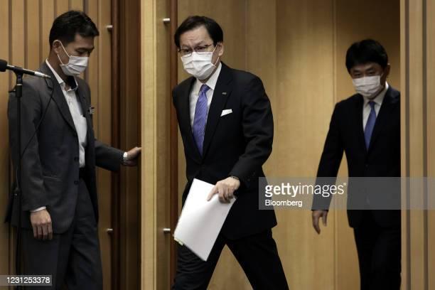 Tatsufumi Sakai, president and chief executive officer of Mizuho Financial Group Inc. , center, and Masahiko Kato, incoming president and chief...