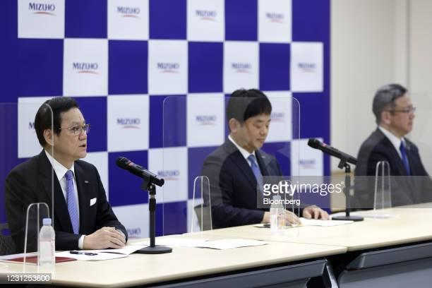 Tatsufumi Sakai, president and chief executive officer of Mizuho Financial Group Inc. , left, speaks while Masahiko Kato, incoming president and...