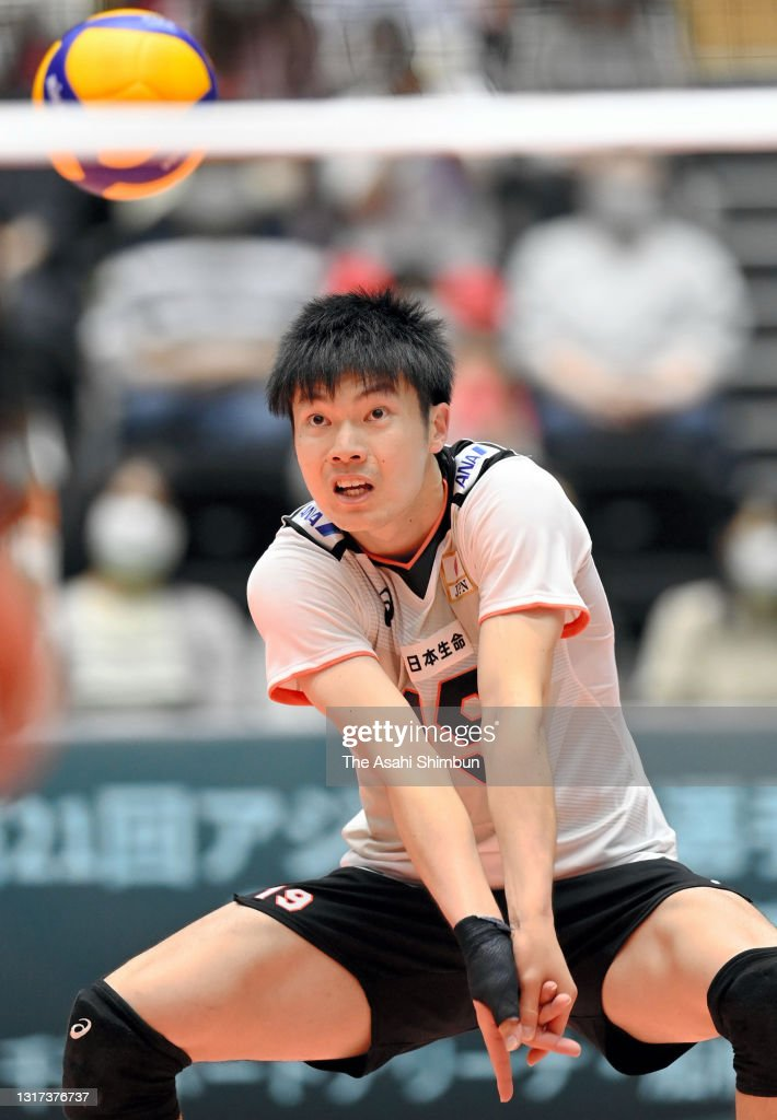 Tatsunori Otsuka receives the ball during the Japan Men's Volleyball...  News Photo - Getty Images
