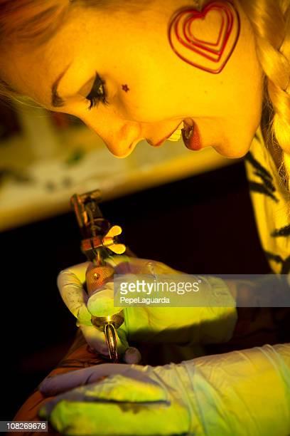 Artista de tatuagem no trabalho