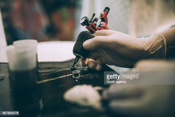 tattoo gun working - tattoo stock pictures, royalty-free photos & images